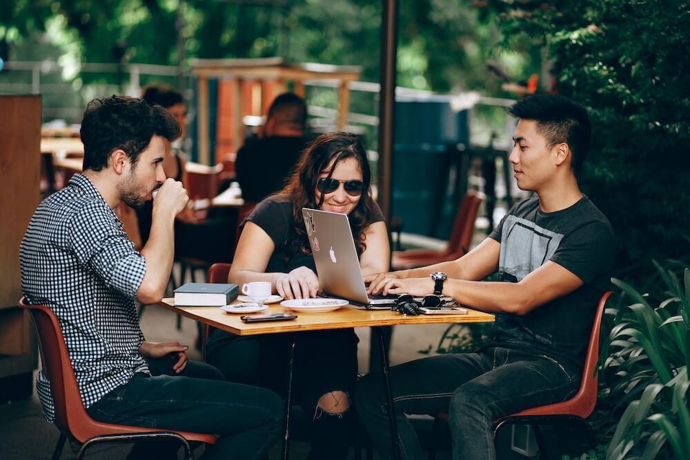 3 junge Leute arbeiten zusammen